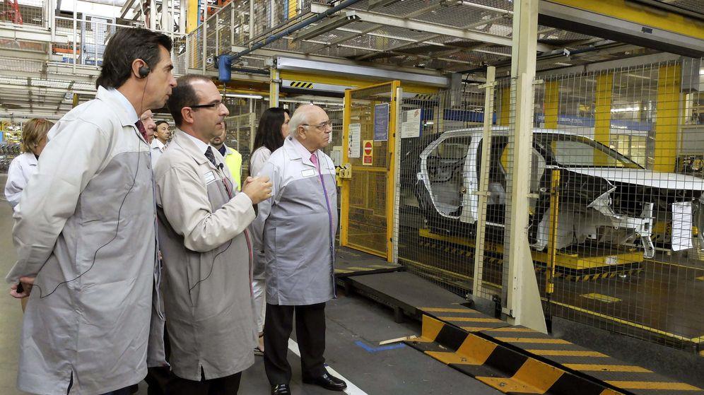 Foto: El ministro de Industria, Comercio y Turismo, José Manuel Soria, durante una visita a la planta del grupo PSA Peugeot Citroen en Villaverde, Madrid. (EFE)