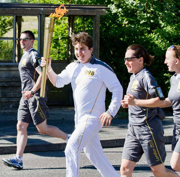 Foto: Alec Urbach, el fundador de la Alec's Animated Schoolhouse, llevando la antorcha olímpica en 2012. | Imagen: Cedida por Alec Urbach