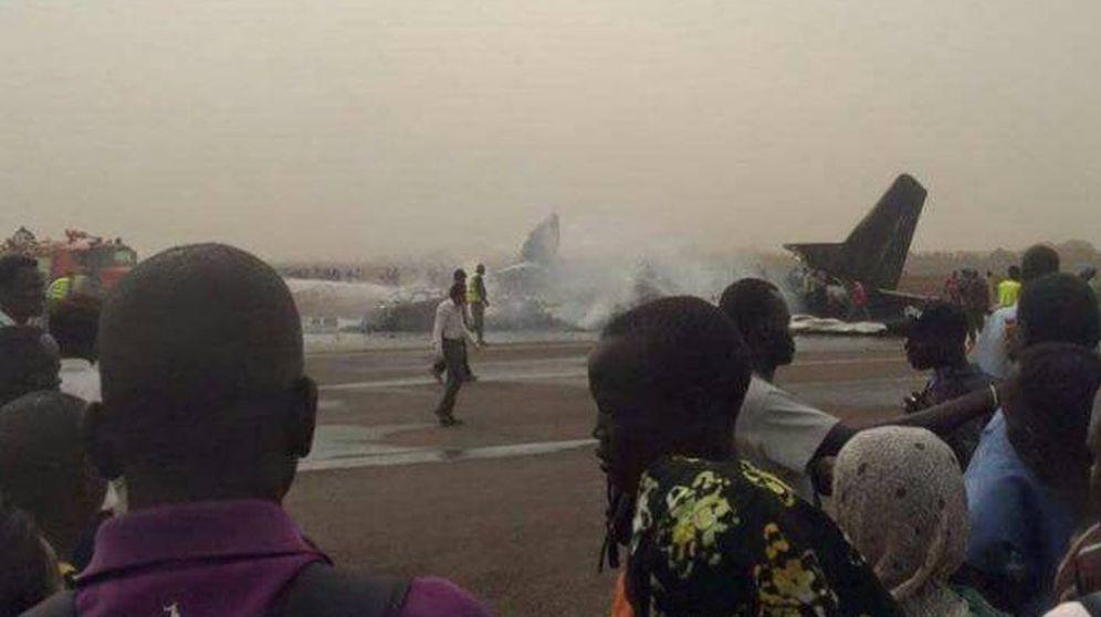 Foto: El avión que se ha estrellado en una de las pistas del aeropuerto de Wau. (The National Courier)