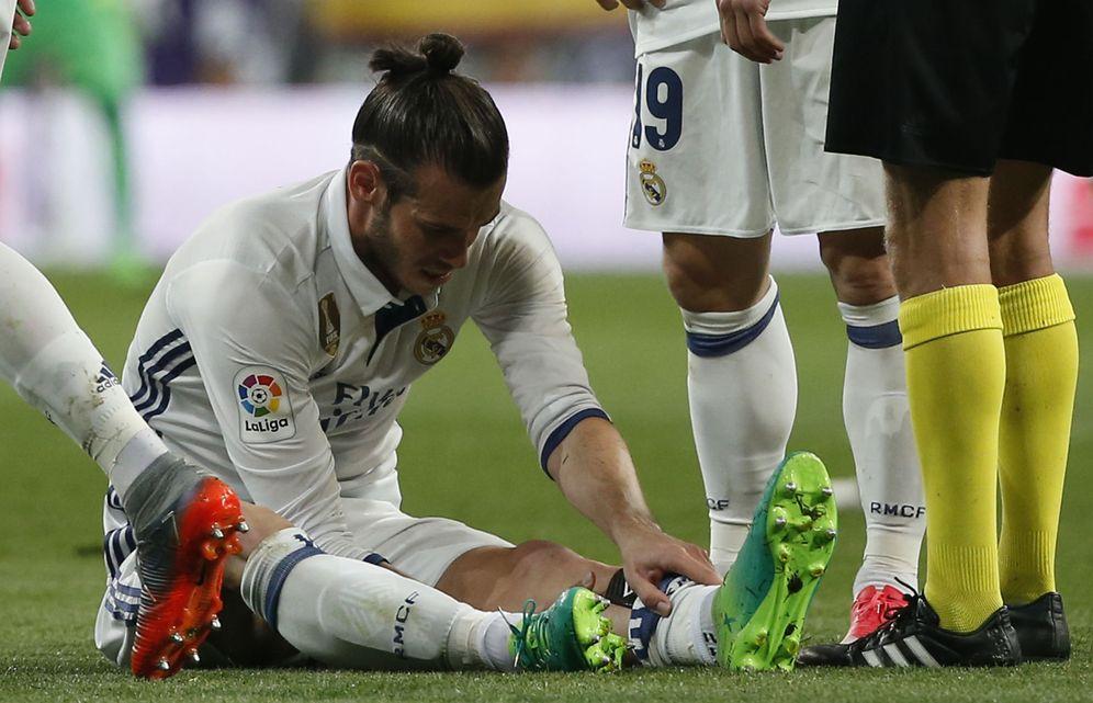 Foto: Bale se lesionó en su vuelta a los terrenos de juego en el Clásico. (Reuters)