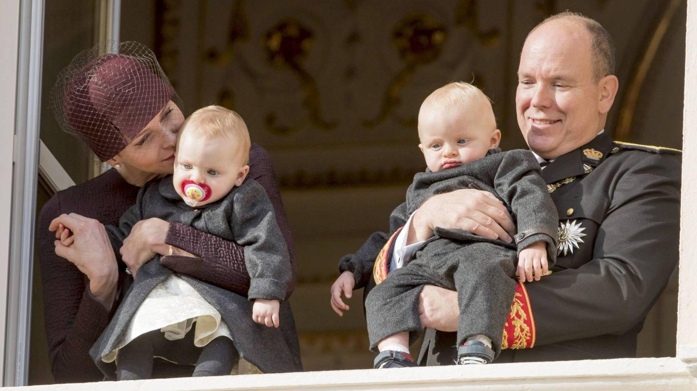 El debut de Jacques y Gabriella, en brazos de sus papás. (Cordon Press)