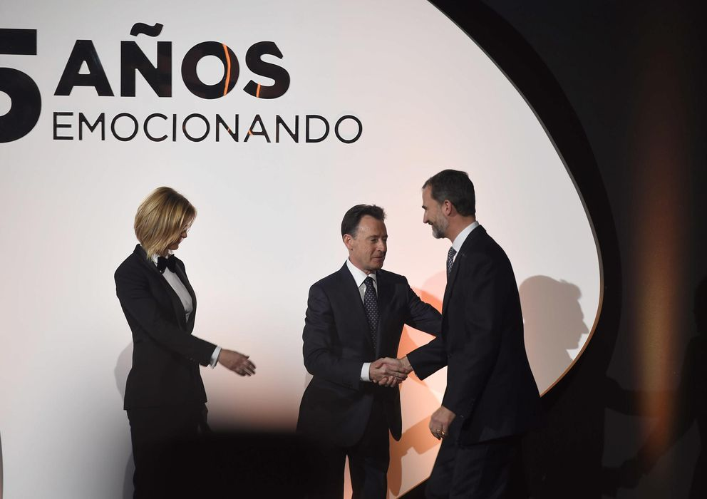 Foto: Felipe VI junto a Matias Prats y Susanna Griso en la fiesta del 25 aniversario de Antena 3 (Gres).