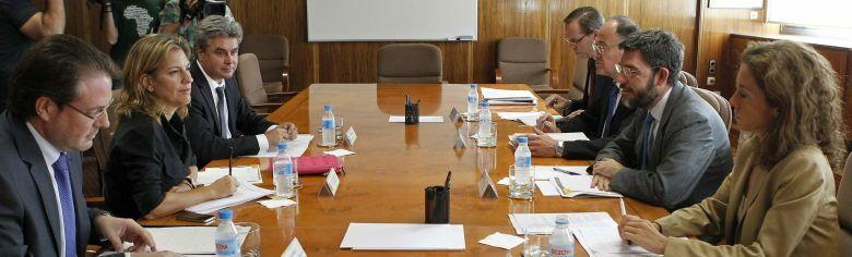 El secretario de Estado de Energía, Alberto Nadal (2d), durante la reunión que ha mantenido con el subdelegado del Gobierno en Castellón, David Barelles (i) (EFE)