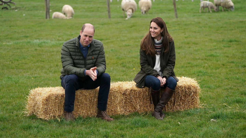 Guillermo y Kate, con sus botas de montar durante una reciente visita a una granja. (Reuters)