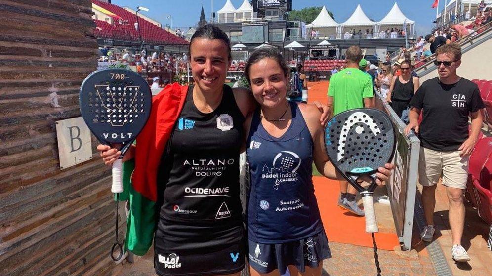 Foto: Ana Catarina Nogueira y Paula Josemaría posan tras ganar a las número 1 en Bastad. (Foto: WPT)