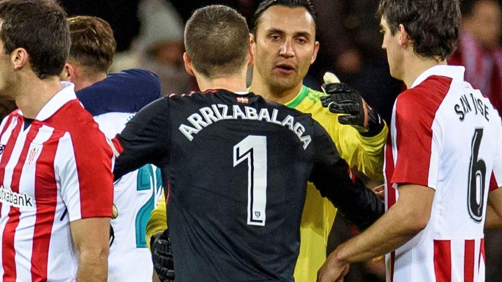 Foto: Keylor Navas y Kepa se abrazan después del partido entre el Athletic y el Real Madrid. (Efe)