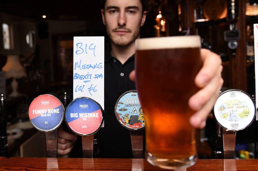 Foto: Un bar en Dublín con una 'cerveza Brexit' especial tras el resultado del referéndum, en Irlanda, el 26 de junio de 2016 (Reuters).