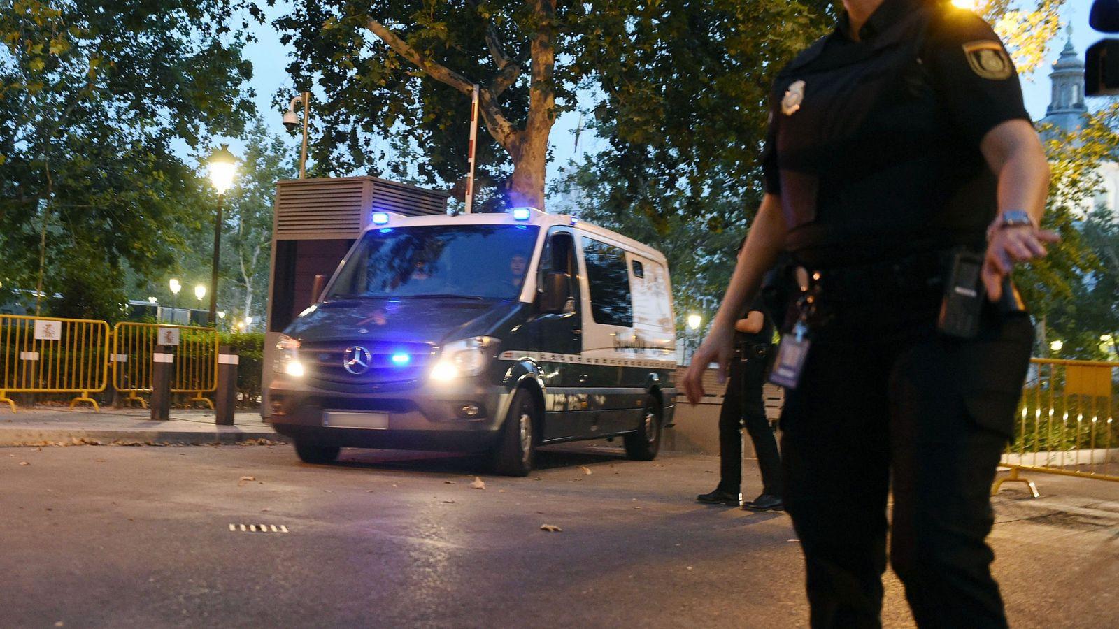 Foto: Los dos encarcelados por Andreu salen de la Audiencia Nacional camino a sus centros penitenciarios. (EFE)