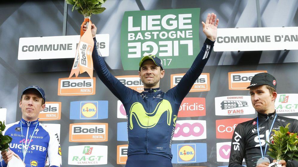 Foto: Valverde, escoltado por Martin y Kwiatkowski en el podio. (EFE)