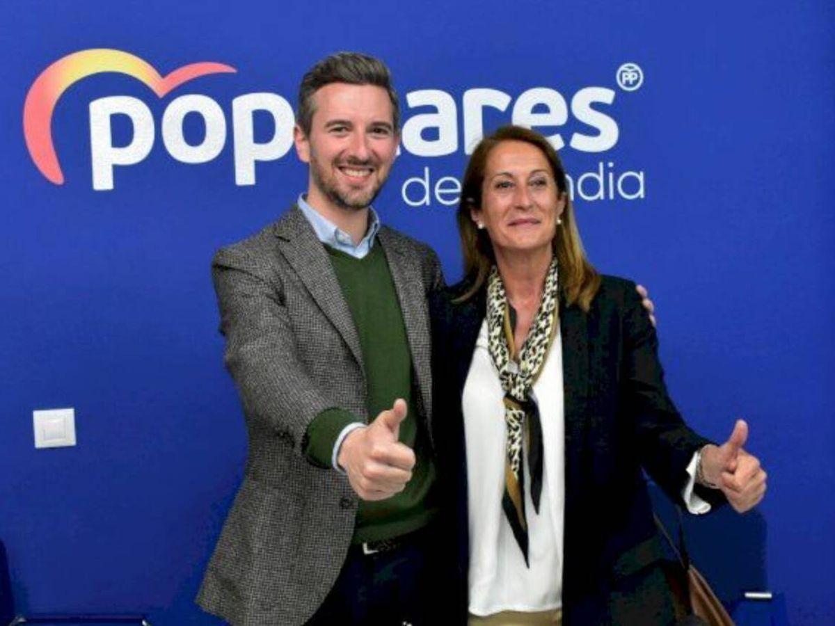 Foto: Carmen Román, concejala del PP de Gandía, con el portavoz popular en el ayuntamiento, Víctor Soler.