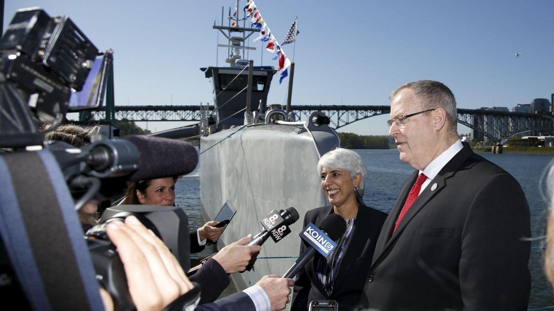 Robert Work junto al barco autónomo del ejército estadounidense desarrollado por DARPA 'Sea Hunter'. (Foto: Reuters)
