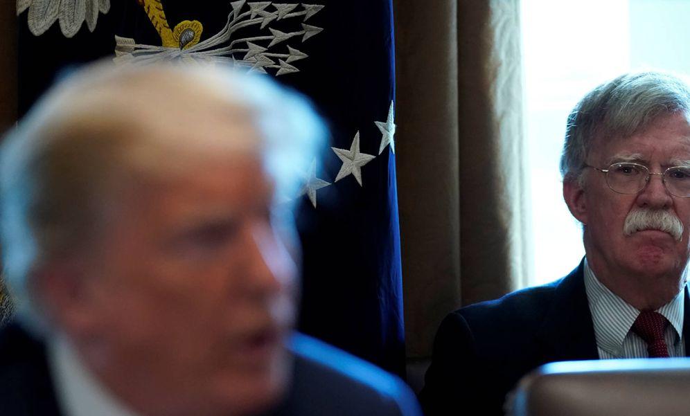 Foto: John Bolton, asesor de Seguridad Nacional, escucha a Donald Trump durante una reunión del gabinete en la Casa Blanca. (Reuters)