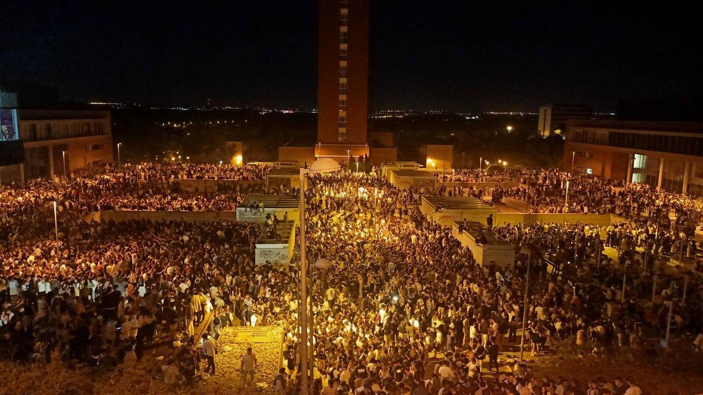 Foto: Epicentro del botellón de botellones que se desató ayer por la noche en Madrid tras año y medio de pandemia. (Alejandro Mata)