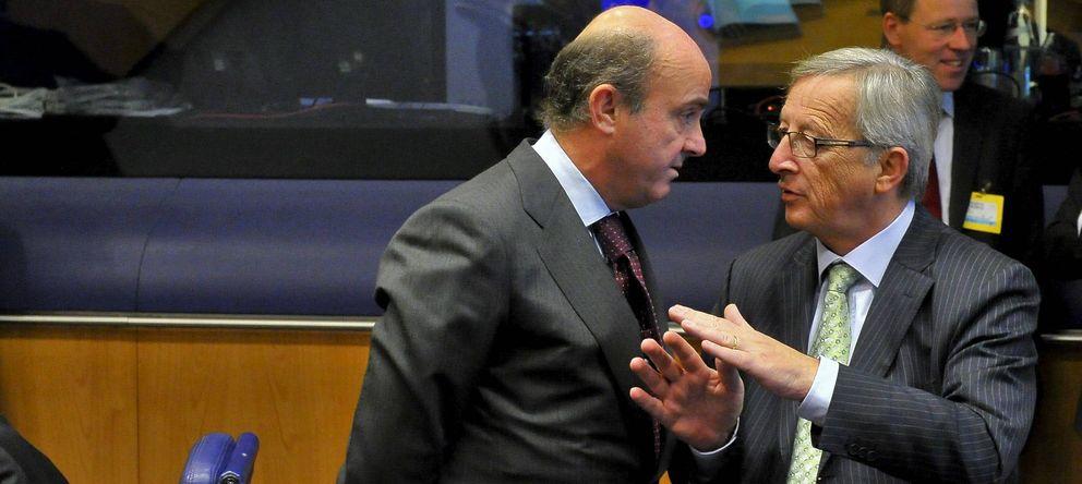 Foto: Jean-Claude Juncker (d), conversa con el ministro de Economía español, Luis de Guindos (Efe)