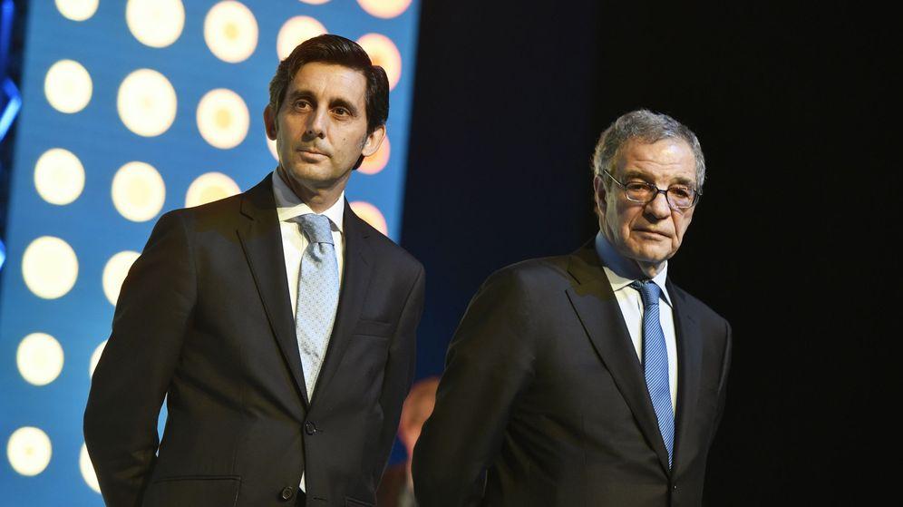 Foto: El presidente de Telefonica, José María Álvarez-Pallete (i), y su antecesor en el cargo, César Alierta. (EFE)