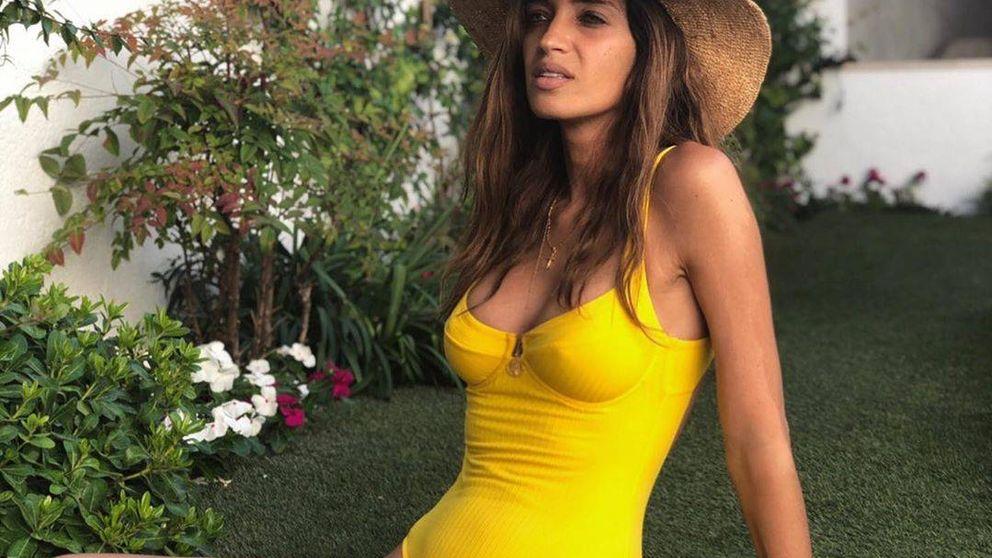 Sara Carbonero: primer posado en bañador con una prenda que arrasa en redes