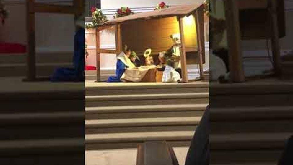 La oveja del Belén roba al niño Jesús durante una función escolar