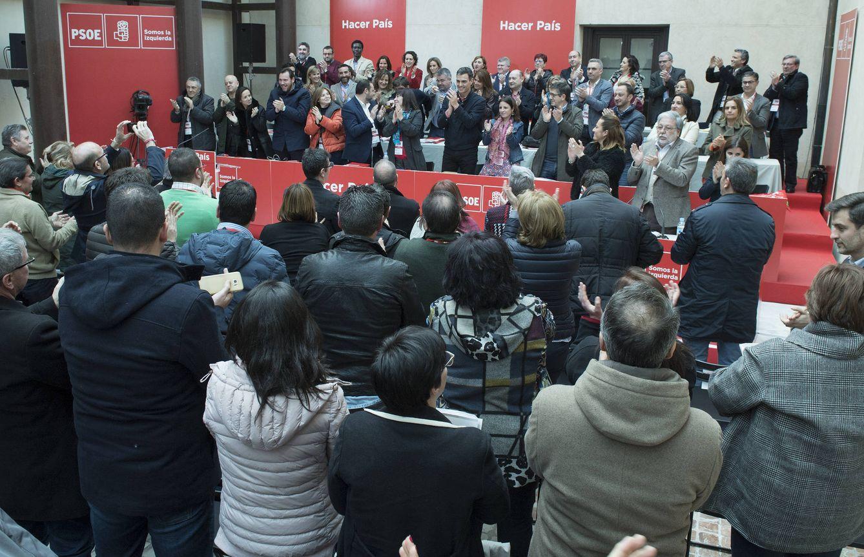 Foto: El comité federal del PSOE, con la cúpula de Pedro Sánchez al frente, aplaude el sí al nuevo reglamento, este sábado en Aranjuez. (Borja Puig | PSOE)
