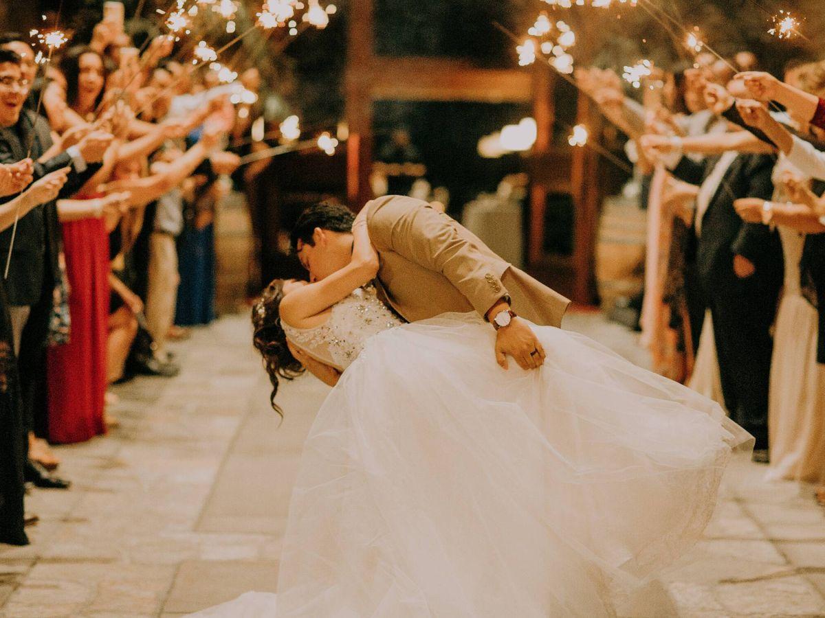 Foto: Invitados de boda con bengalas. (Fotografía de Edward Cisneros para Unsplash)