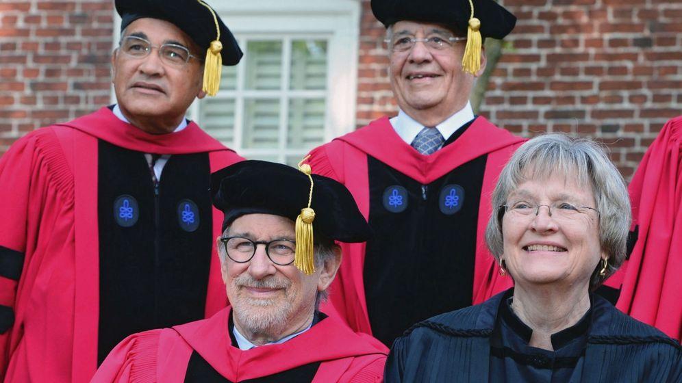 Foto: El director de cine Steven Spielberg (2i) y su padre, el profesor de Stanford, Arnold Rampersad en la graduación de Harvard, Massachusetts, en 2016. Foto: Efe