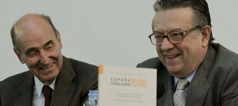 Foto: Miquel Roca y Miguel Herrero y Rodríguez de Miñón en el coloquio-debate. (EFE)