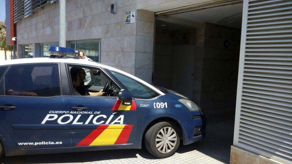 Foto: Coche de la Policía Nacional antes de entrar en comisaria. (EFE)