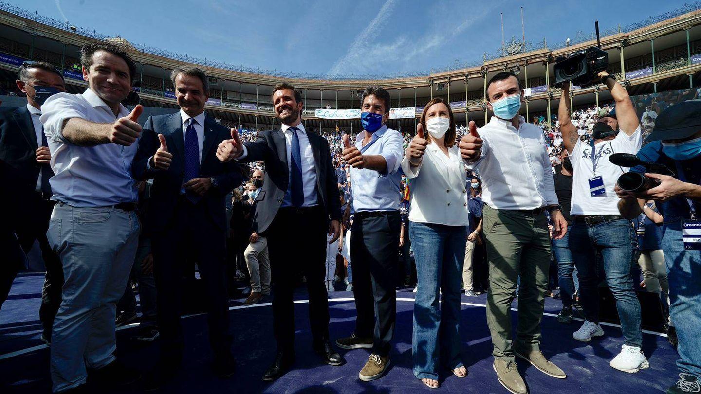 Casado junto a varios dirigentes de la Comunidad Valenciana. (David Mudarra)