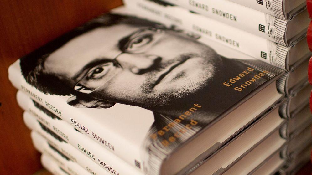 Foto: A la venta el libro 'Vigilancia permanente', de Snowden. (EFE)