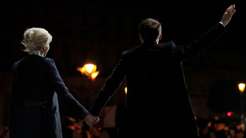 Foto: El presidente de Francia, Emmanuel Macron, junto a su mujer, Brigitte Trogneux, agradece su apoyo al público. (Reuters)