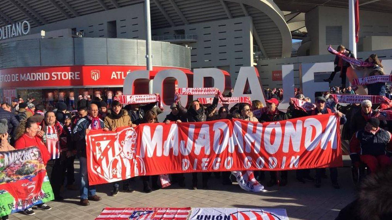 La Unión Internacional de Peñas del Atlético pidió la renovación de Godín en el Metropolitano.