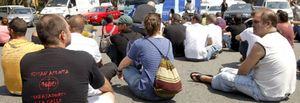Más de cien ex trabajadores de Nissan bloquean la entrada a la fábrica en Barcelona
