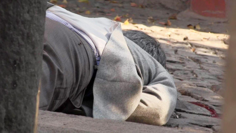 Tahir Elçi yace muerto en el suelo tras recibir un disparo en la cabeza en Diyarbakir, el pasado 28 de noviembre de 2015. (EFE)