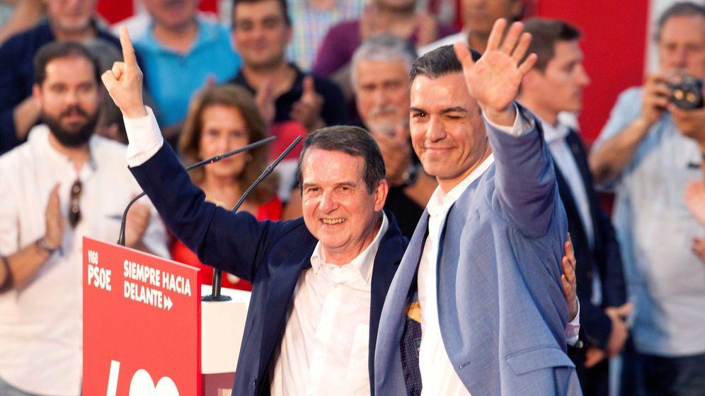 Foto: El presidente del Gobierno en funciones, Pedro Sánchez (d), acompañado por el candidato a la alcaldía de Vigo Abel Caballero. (EFE)