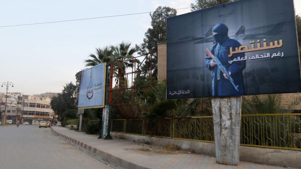 Foto: Carteles en la capital del Califato, en Raqqa (Reuters).