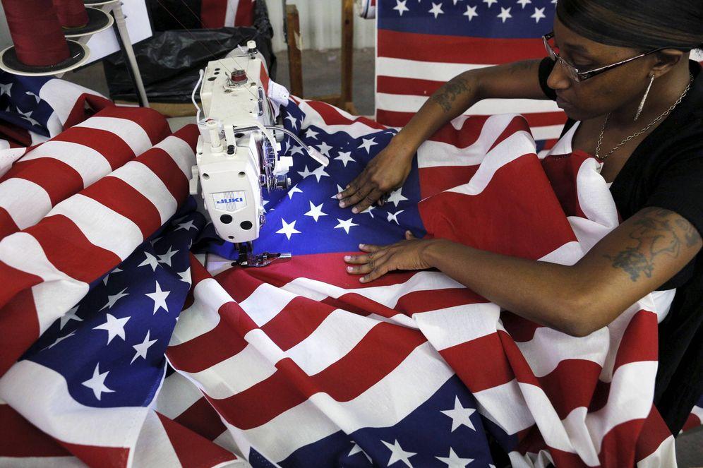 Foto: Keisha Hardman cose una bandera de EEUU en una fábrica textil en Lane, Carolina del Sur. (Reuters)
