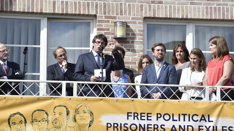 Carles Puigdemont da un discurso desde su residencia en Waterloo, Bélgica. (EFE)