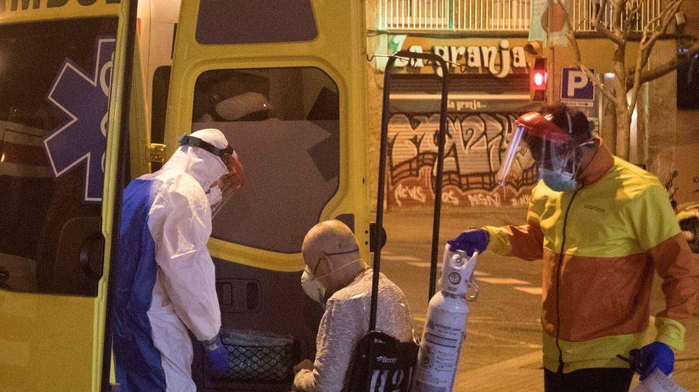 Foto: Varios sanitarios transportan a una persona a las urgencias del Hospital Dos de Maig, en Barcelona. (EFE)