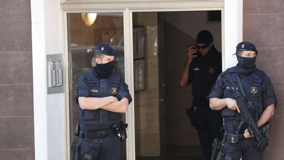 Foto: Los Mossos d'Esquadra custodian el edificio donde vivía el que hombre ha sido abatido esta mañana al intentar acceder a la con un cuchillo en la mano y al grito de Alá es grande. (EFE)