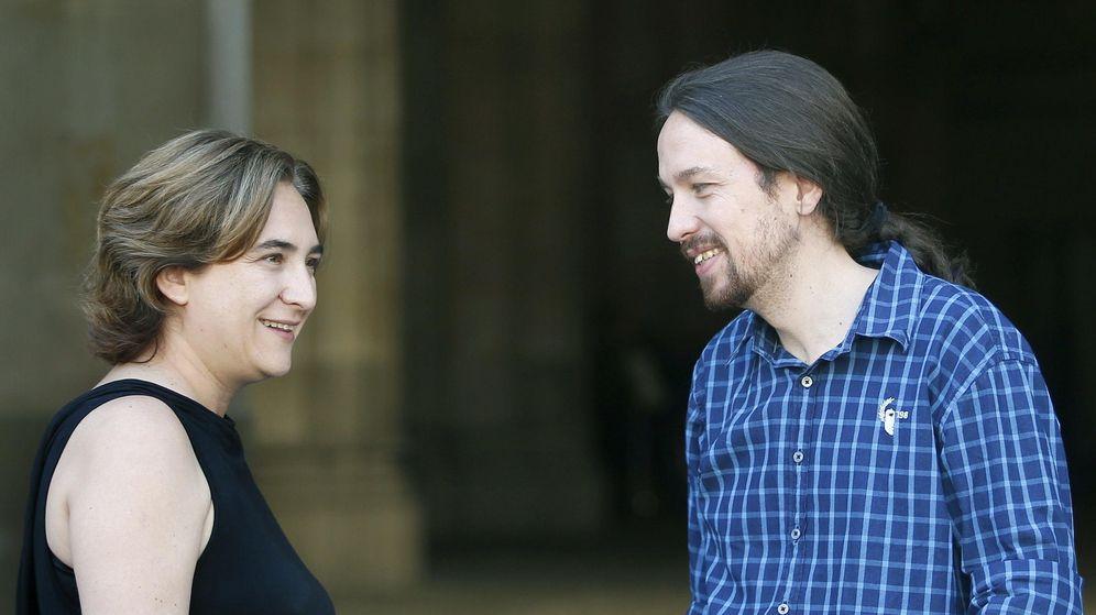 Foto: La alcaldesa de Barcelona, Ada Colau, recibe en la puerta del ayuntamiento al líder de Podemos, Pablo Iglesias. (EFE)