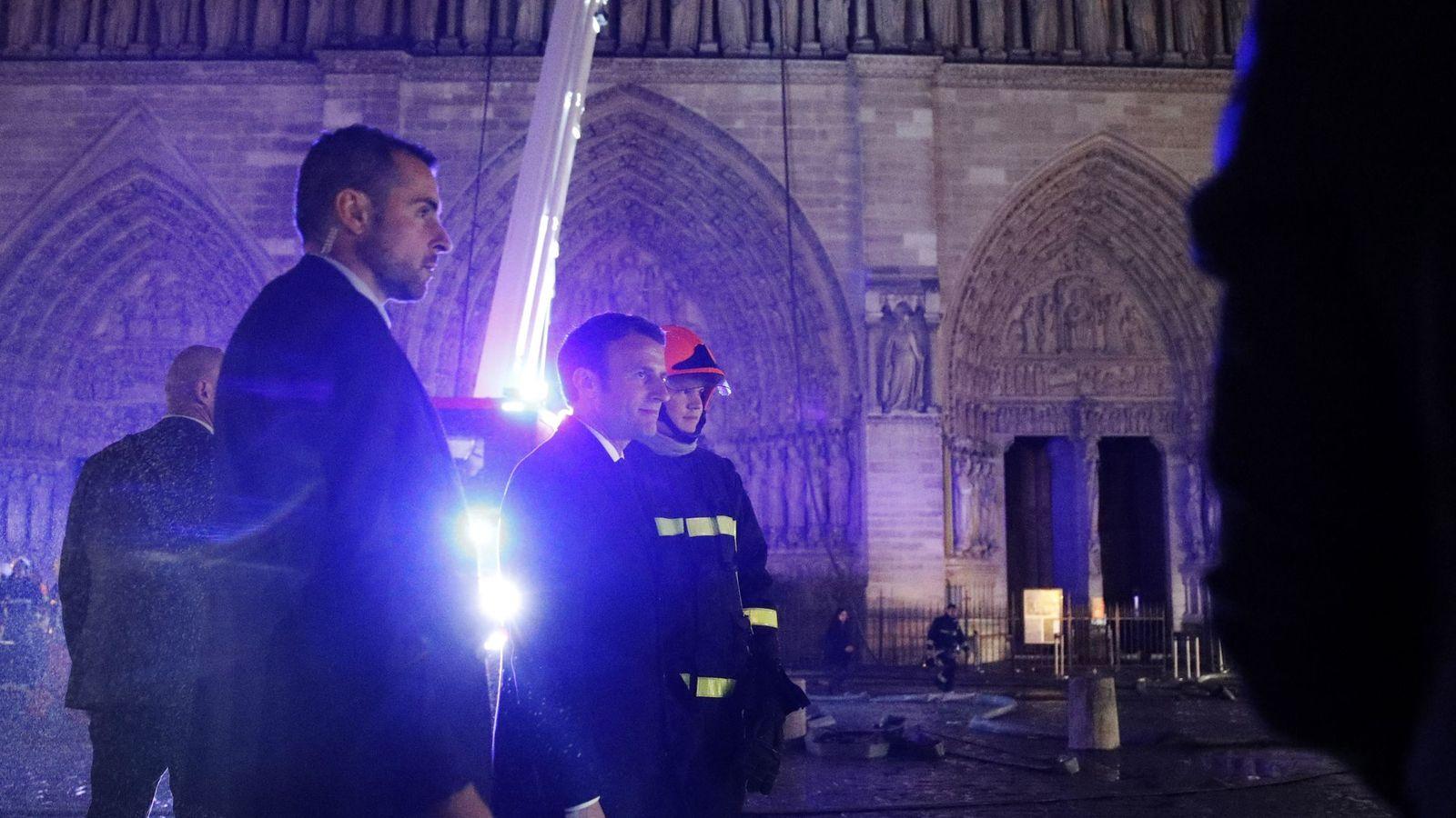 Foto:  El presidente de Francia, Emmanuel Macron (c), habla con los bomberos que intentan apagar el incendio de la catedral de Notre Dame. (EFE)