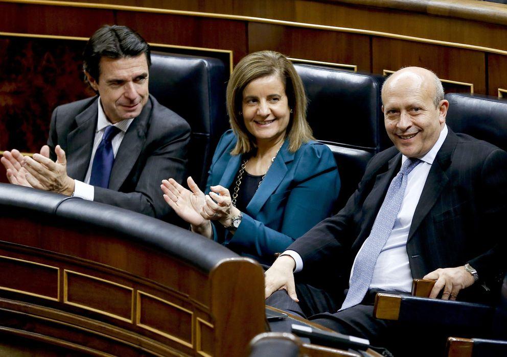 Foto: José Manuel Soria y Fátima Báñez aplauden a José Ignacio Wert tras la aprobación de la ley (Efe)