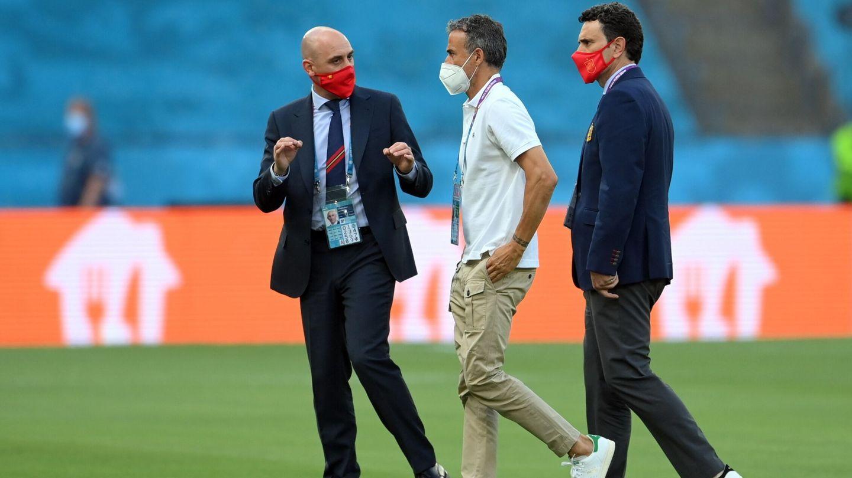Rubiales, Luis Enrique y Molina revisaron el césped antes del partido. (EFE)