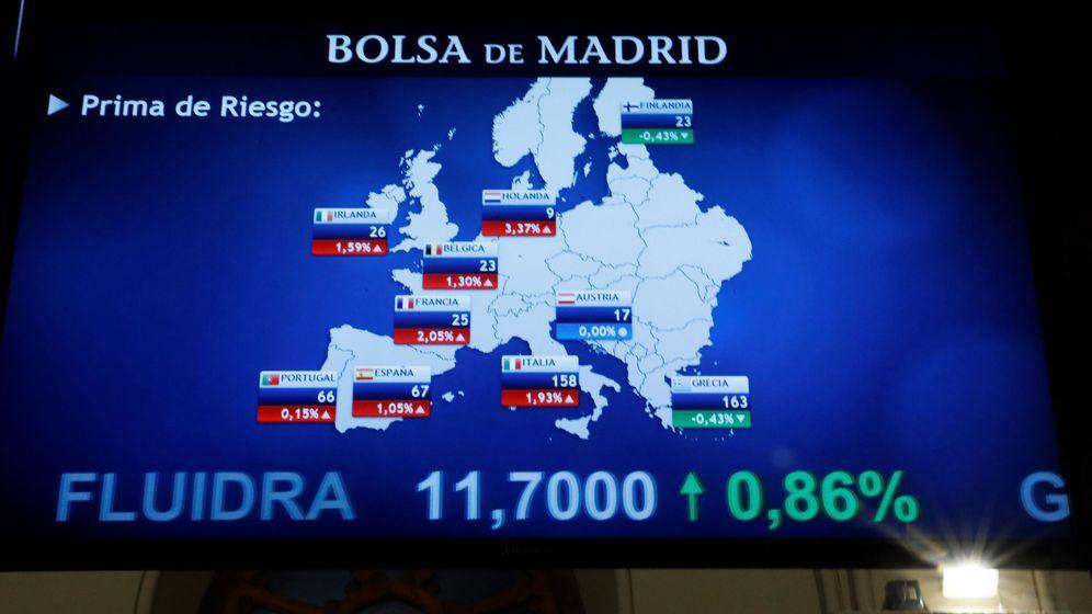 Foto: Pantallas de la Bolsa de Madrid con la evolución de la prima de riesgo, en una imagen de archivo. (EFE)