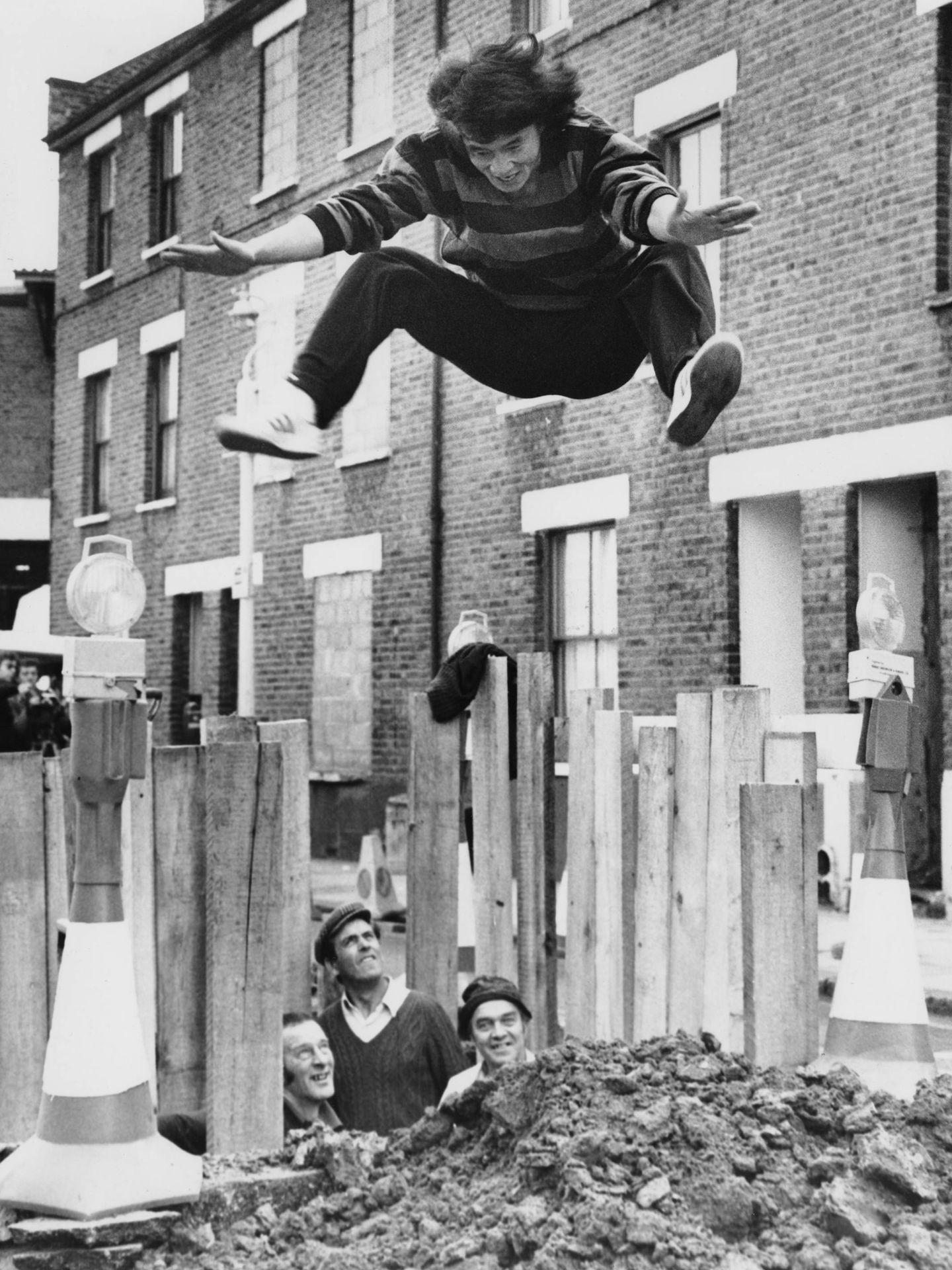 Chan, demostrando sus habilidades atléticas en Londres, 1980. (Getty)