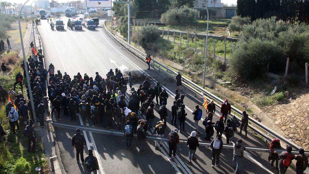 Foto: Vista del corte que grupos independentistas realizaron en la AP-7 a la altura de L'Ampolla (Tarragona) en protesta por la reunión del Consejo de Ministros que se celebró en Barcelona el 21 de diciembre de 2018. (EFE)