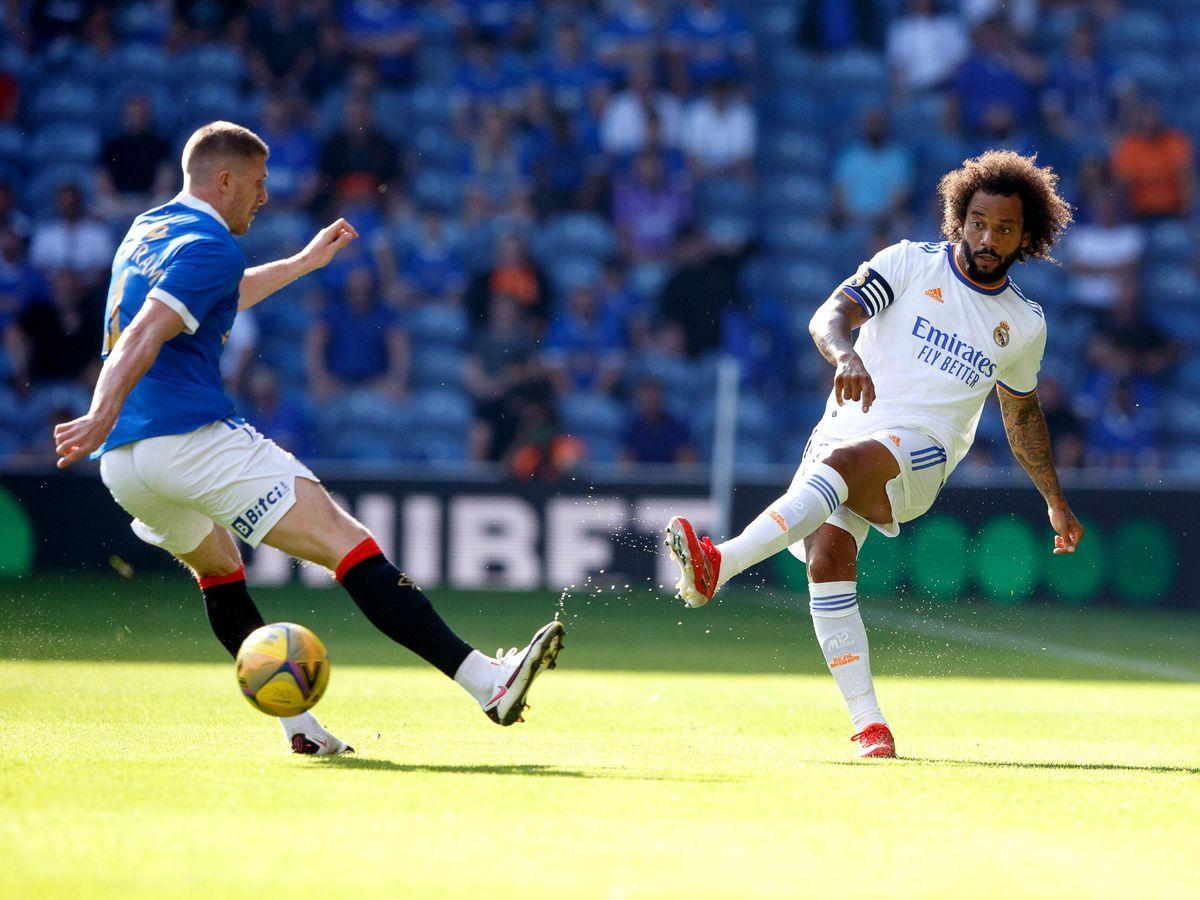 Foto: Marcelo envía un pase a un compañero durante el encuentro ante el Glasgow Rangers. (EFE)