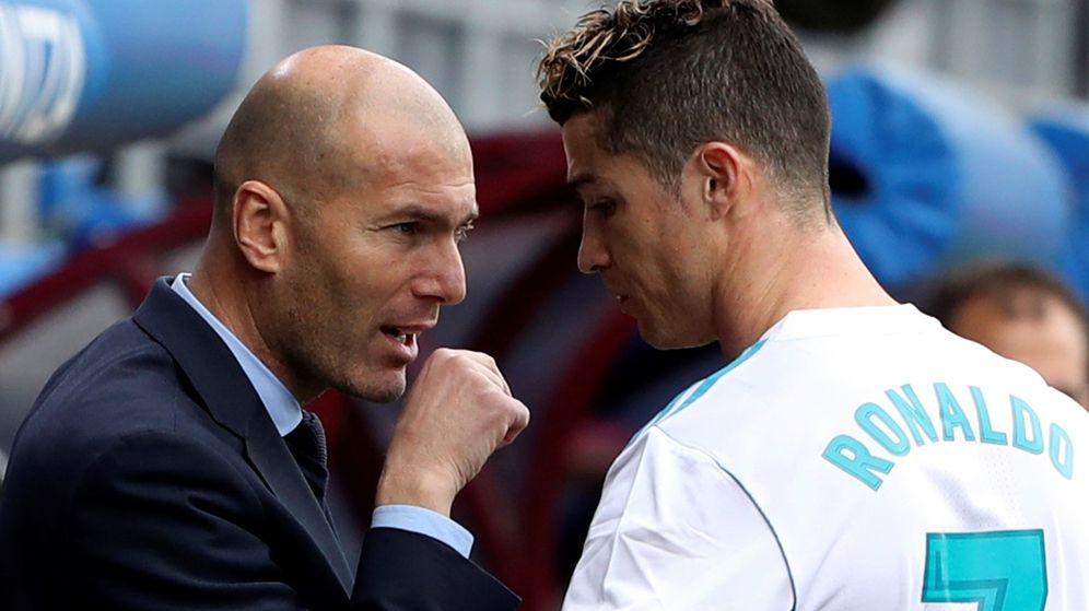 Foto: Zidane habla con Cristiano durante un partido del Real Madrid. (EFE)