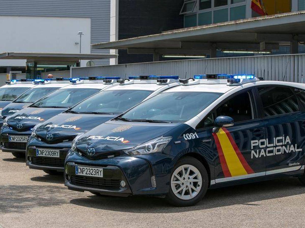 Foto: Varios coches patrulla de la Policía Nacional en una imagen de archivo. (EFE)