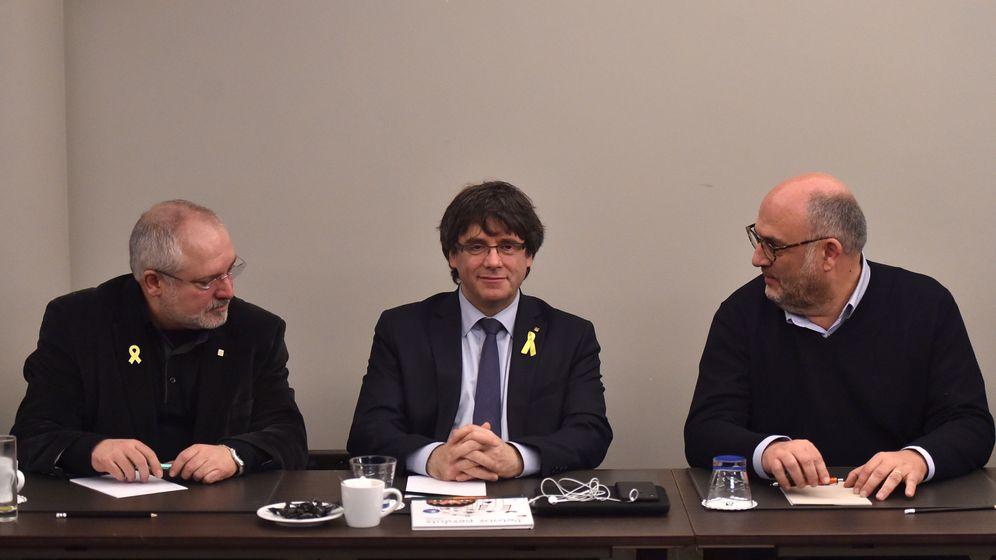 Foto: Lluís Puig, Carles Puigdemont y Eduard Pujol, en la reunión mantenida este miércoles. (Reuters)