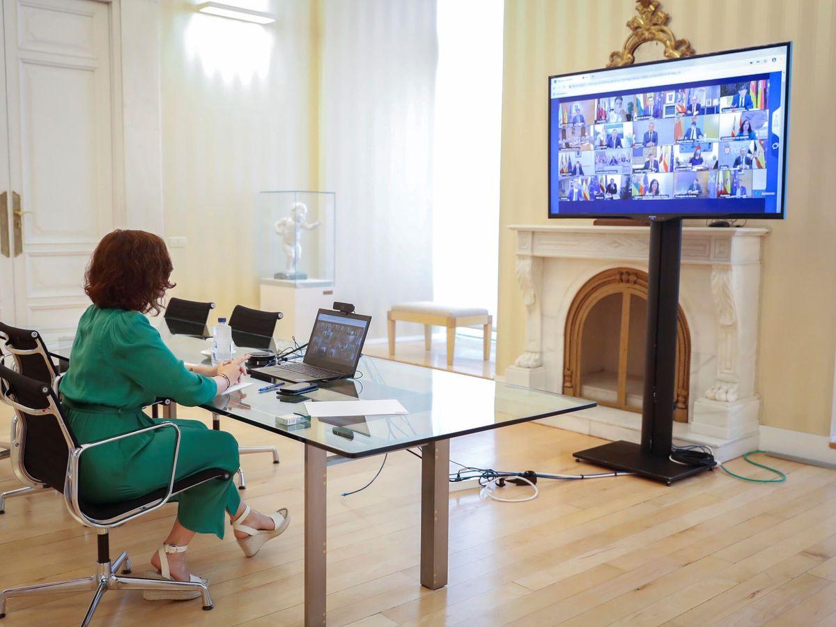 Foto: La presidenta de la Comunidad de Madrid Isabel Díaz Ayuso, durante la última reunión telemática de los presidentes autonómicos con el presidente del Gobierno de España, Pedro Sánchez. (EFE)